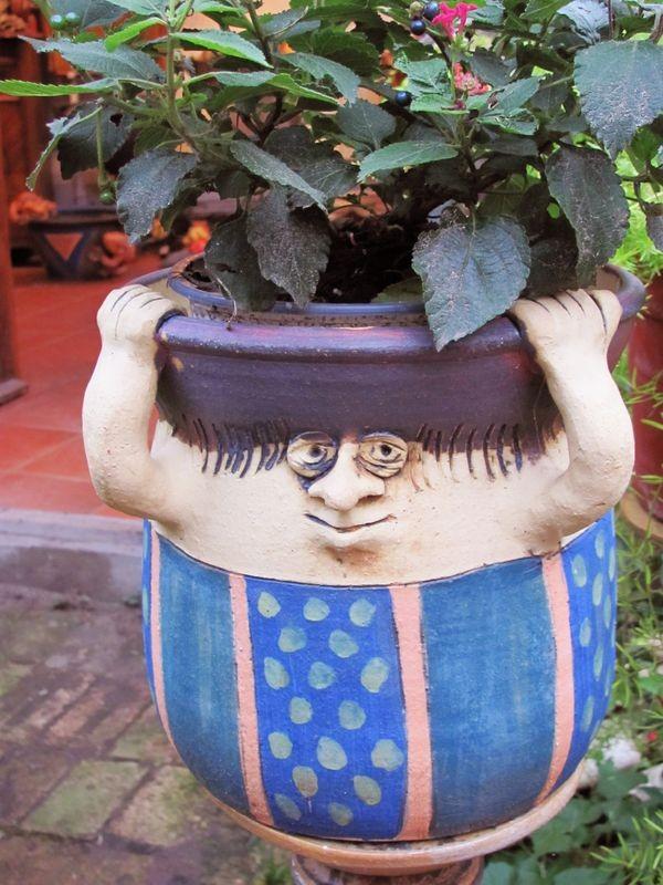 nagy-cserép-figura-virággal-vertel-andrea-fagyálló-kerti-kerámia