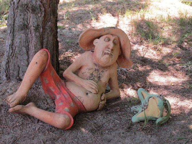 Kerámia szobor, heverésző borozó pasi, lusta békával.