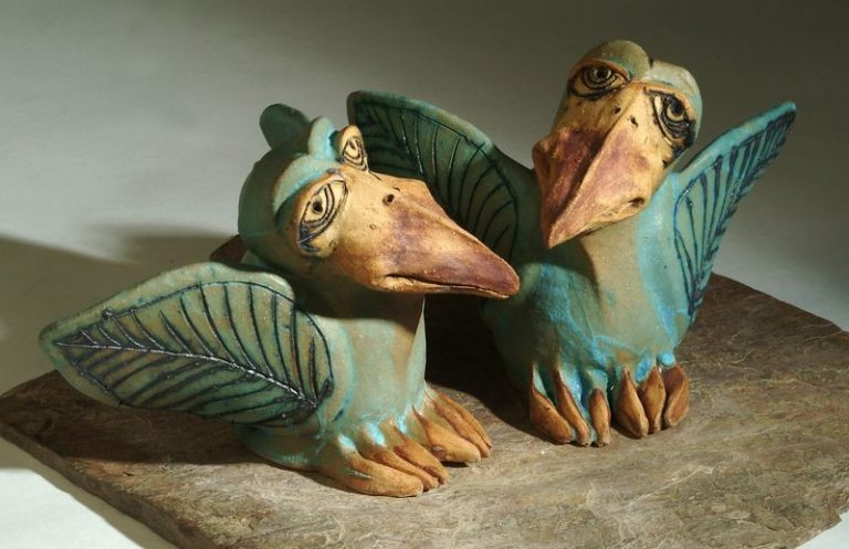 Kerámia madár szobrok kék színben.