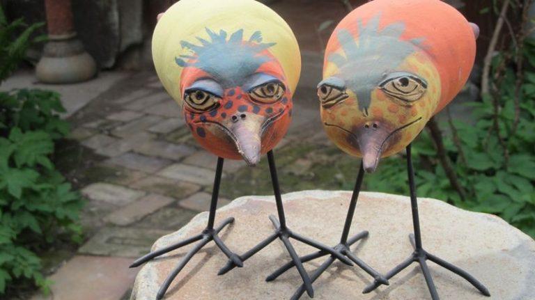 kerámia veréb szobrok - színes madarak vas lábbal.