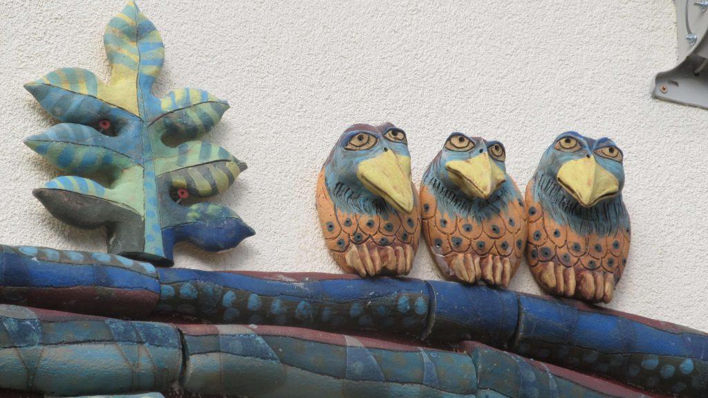 Faágon ülő madarak épületkerámia