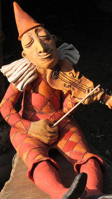 Bohóc figura hegedűvel kerámiából pepita ruhában a karácsonyi vásárra készült