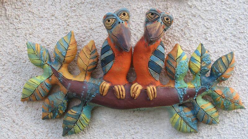 Kerámia falidísz leveles ágon ülő színes madarakkal