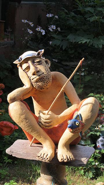 Pecás nagy kerámia figura pecaboton lógó hallal