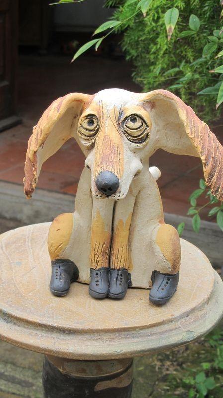 Kutya szobor, lógó füllel, fehér alapon okker foltokkal.