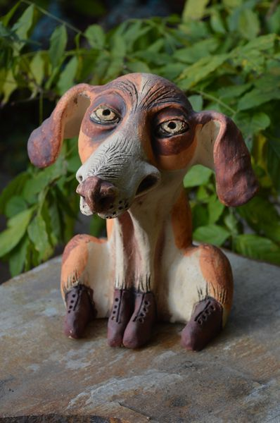 Kutya szobor, kajla füllel, fehér alapon okker foltokkal.