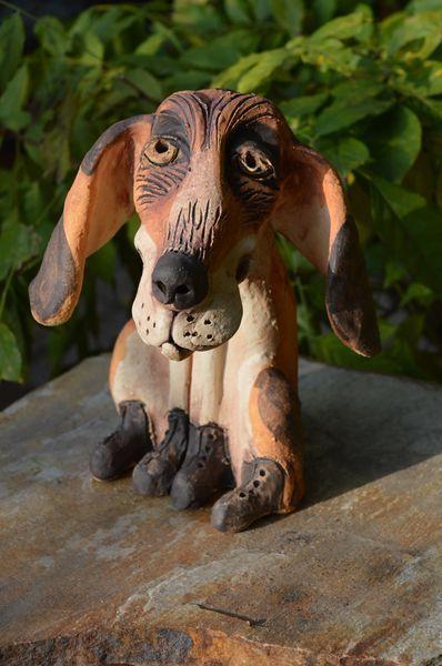 Kutya szobor, lógó füllel, fehér alapon barna foltokkal.