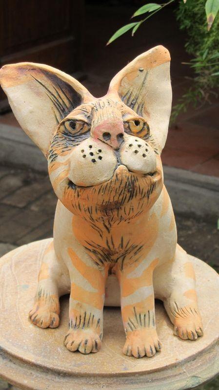 Macska persely, fehér alapon narancssárga csíkokkal.