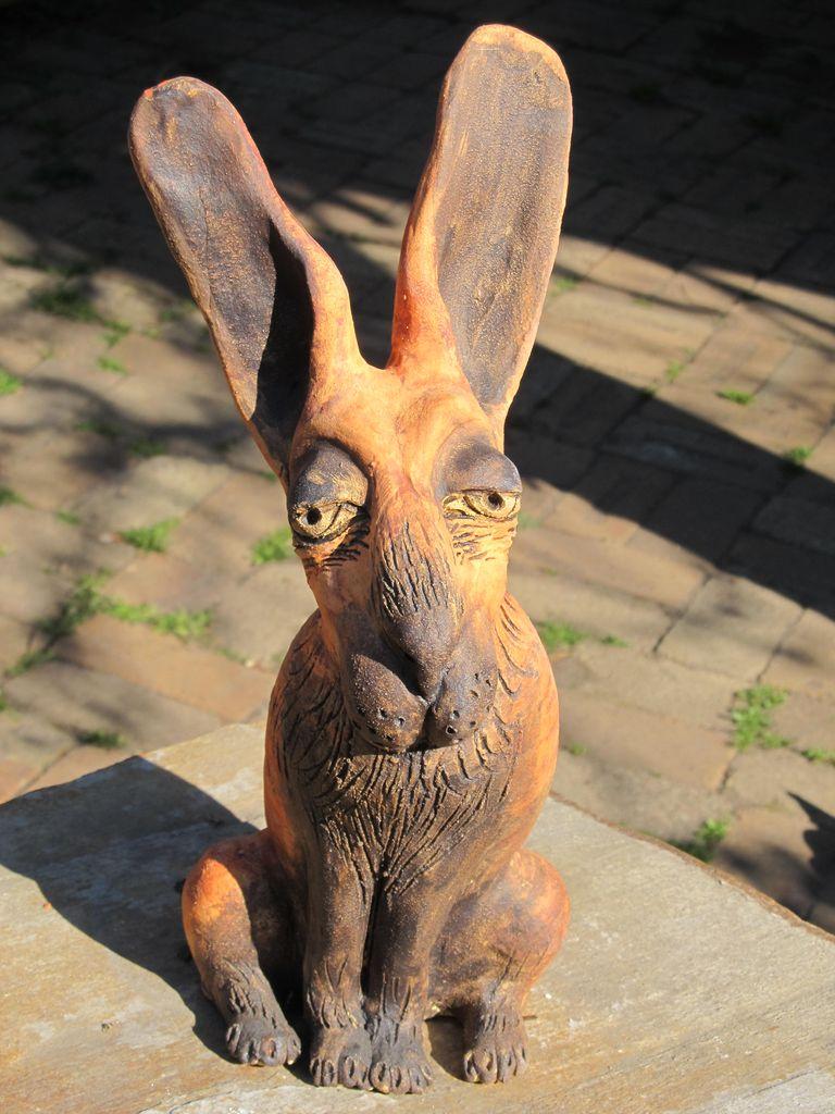 Ülő nyúl szobor kerámiából, hosszú füllel.