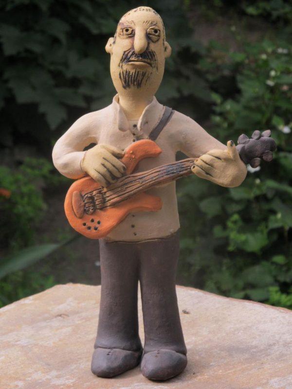 Kerámia gitáros figura.