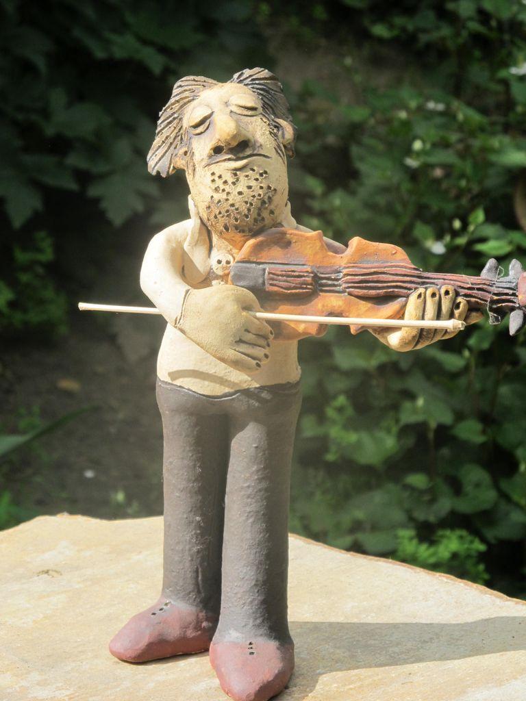 Kerámia hegedűs figura.