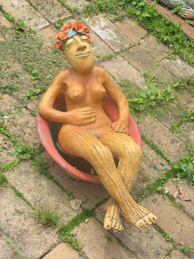 Kerámia szobor, kádban napozó nőci.