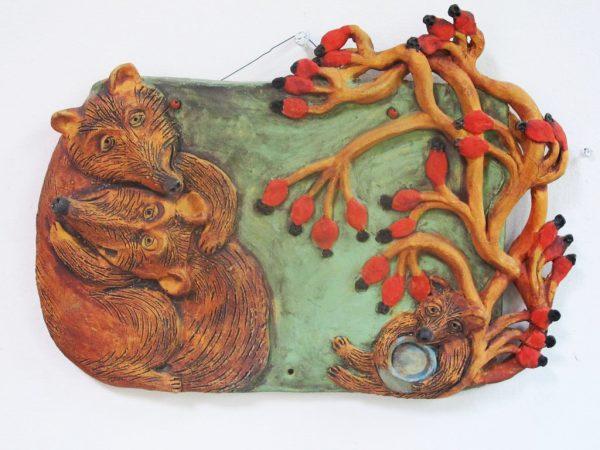 Kerámia falikép medvével és medveboccsal, csipkebokorral.