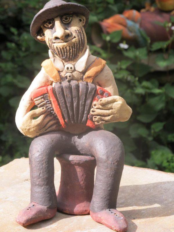 Kerámia tangóharmonikás figura