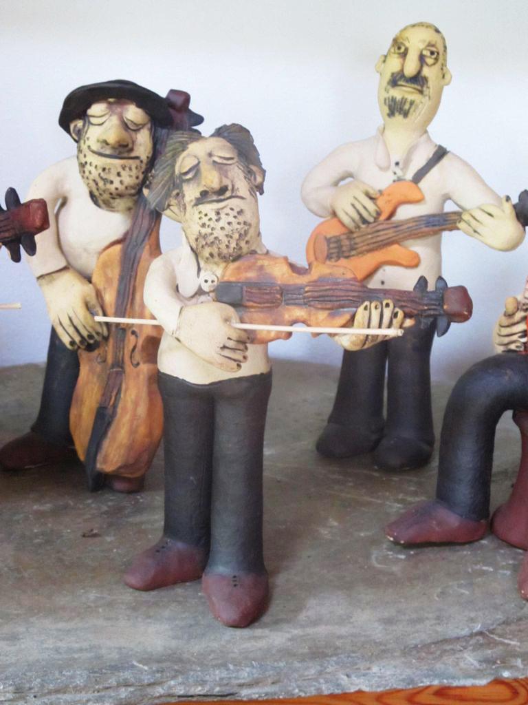 Kerámia zenész figurák.
