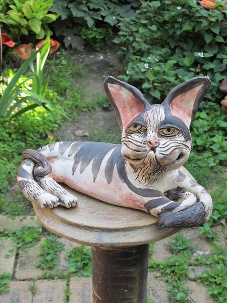 macska szobor fekvo 07 - Egyedi kerámia