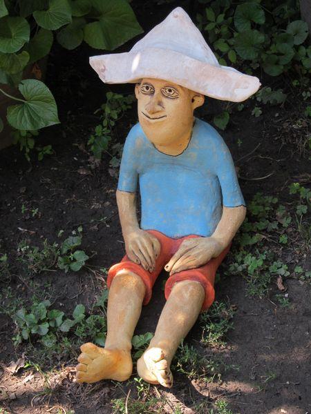 Csákós fiú kerámia szobor