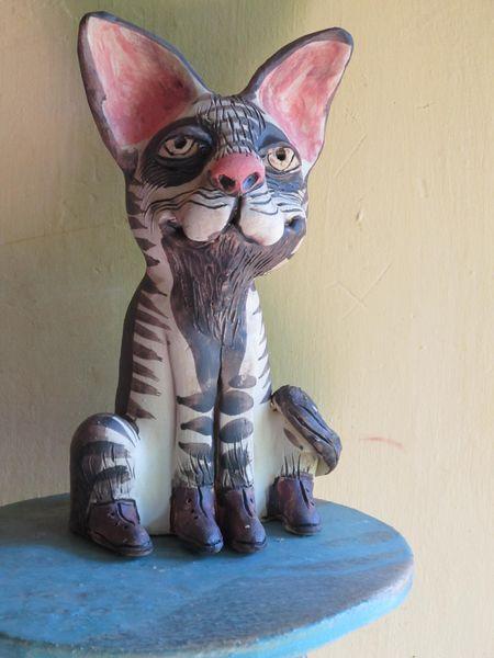 Macska szobor kerámiából, barna csíkokkal