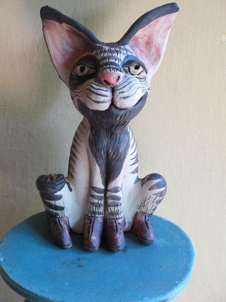 Macska szobor kerámiából, élénk tekintettel