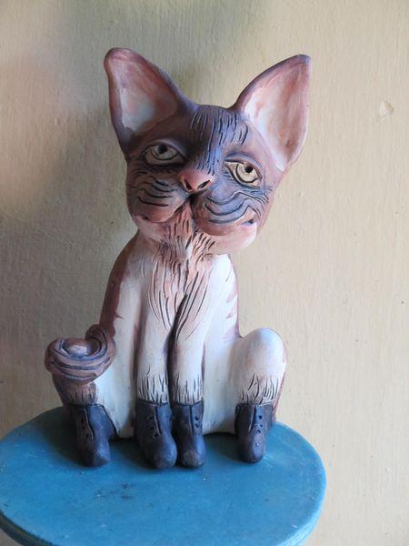 Macska szobor kerámiából, fűzős cipőben
