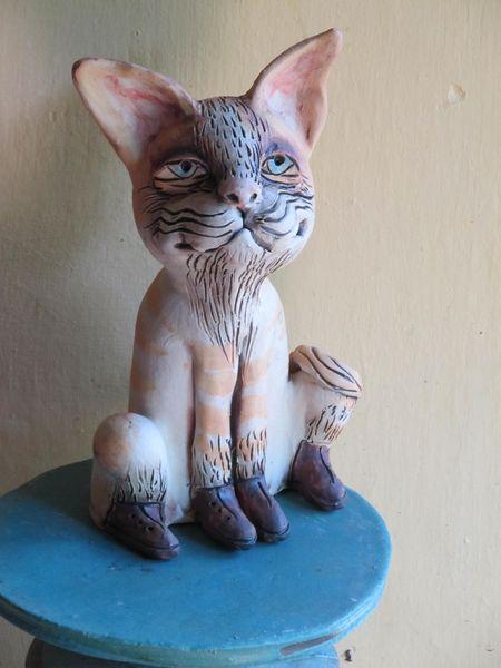 Macska szobor kerámiából, narancs csíkokkal