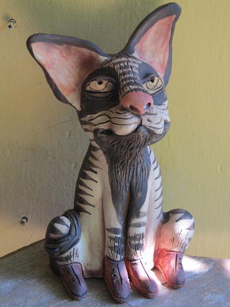 Ülő macska szobor kerámiából, szürke csíkos