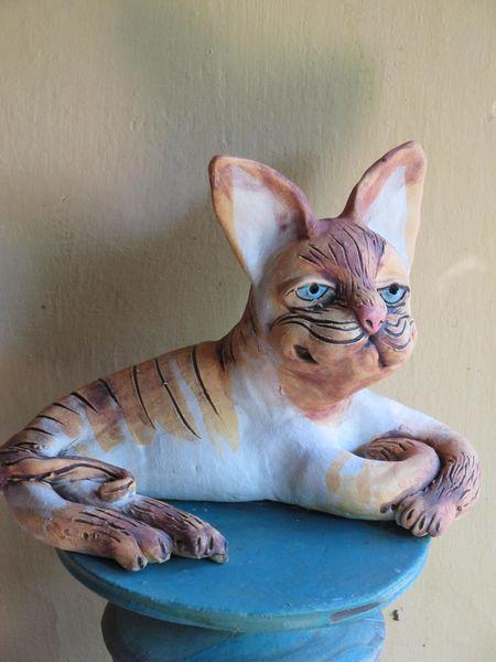 Fekvő macska szobra kerámiából