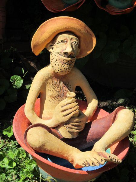 Kádban ülő borozgató pasi szobra kerámiából