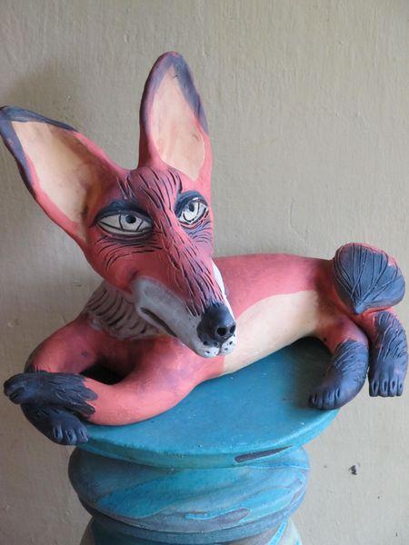 Fekvő róka szobor kerámiából