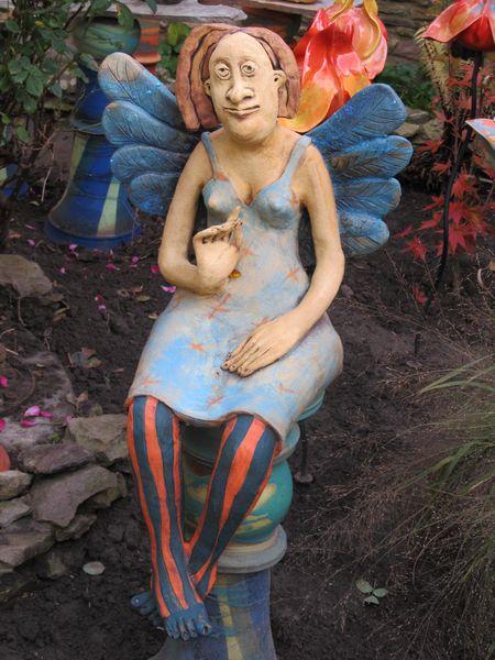 Kerámia angyal szobor kék ruhában, csíkos harisnyában