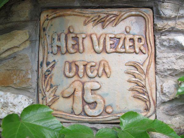 Kerámia házszám agyaghurkából gyúrt betűkkel
