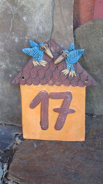 Kerámia házszám, ház formájú, a tetőn madarakkal.