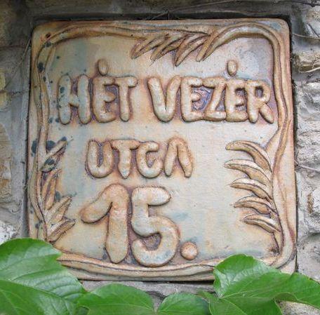 Kerámia házszám hurkákból nyújtott betűkkel