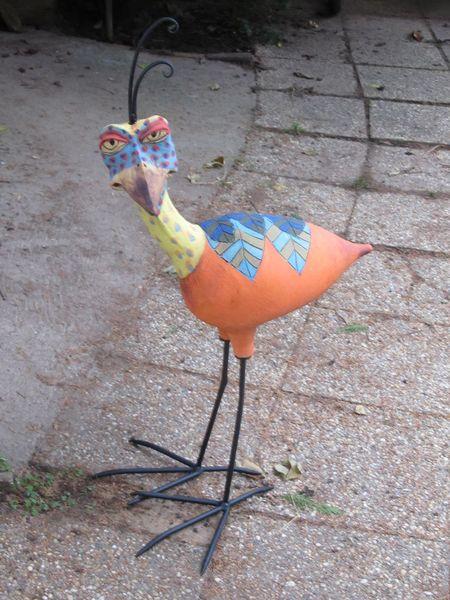 Kerámia madár szobor kovácsoltvas lábbal és bóbitával