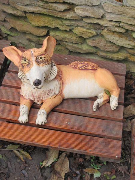 Kerámia kutya szobor, fekvő Corgie.