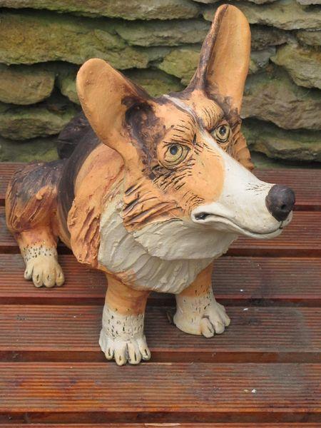 Kerámia kutya szobor, foltos Corgie morcos tekintettel.