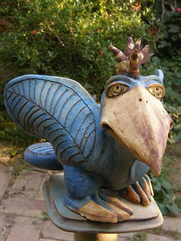 Kerámia madár szobor - kék madár bóbitával.