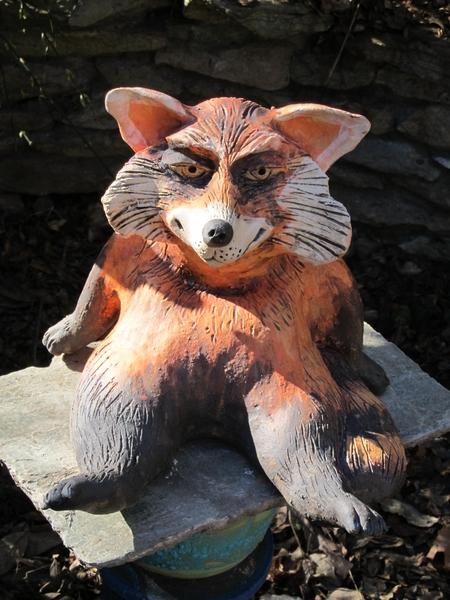 Macskamedve szobor kerámiából