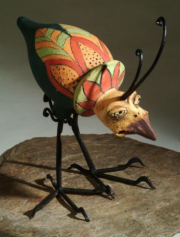 Kerámia madár szobor kovácsoltvas lábbal és bóbitával.