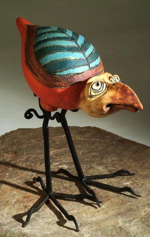 Vaslábú kerámia madár szobor.
