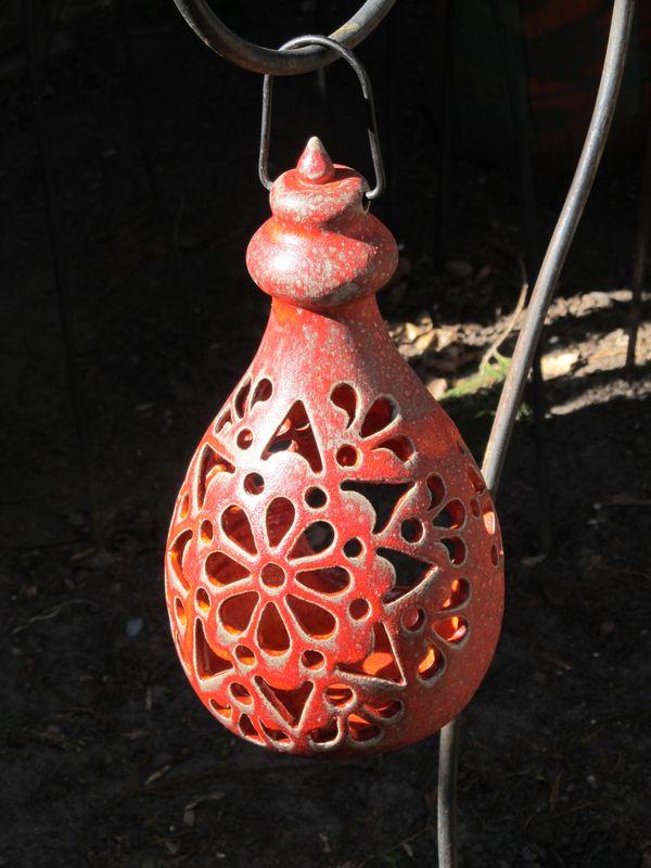 Kerámia lógó lámpás áttört mintával piros színben