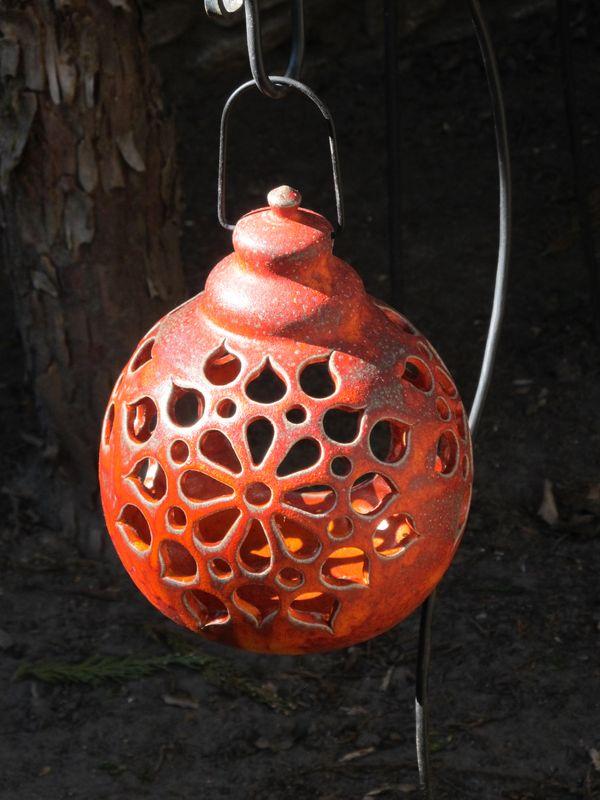 Kerámia lógó lámpás áttört mintával, piros színben.