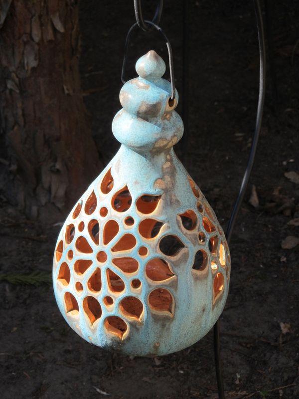Kerámia lógó lámpás áttört mintával, türkiz színben.