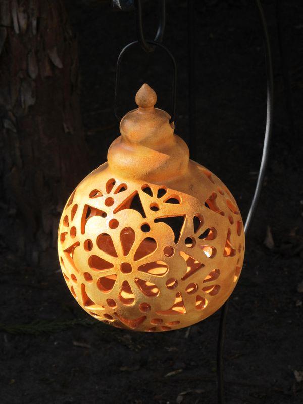 Kerámia lógó lámpás áttört mintával, napsárga színben.