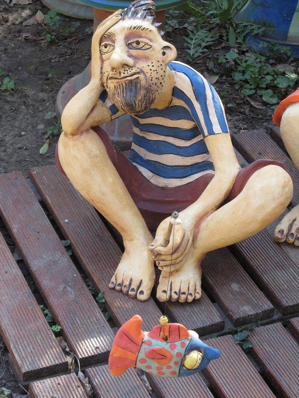 Kerámia szobor, pecás figura csíkos trikóban, pecaboton lógó hallal.