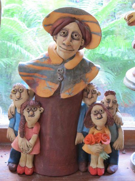 Kerámia szobor - óvónő gyerekekkel