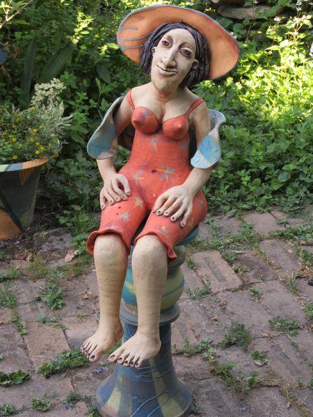 Kerámia szobor - ülő nőci kalapban