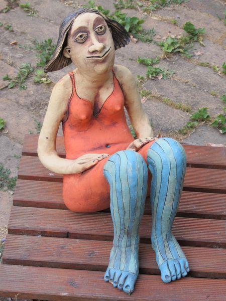 Kerámia szobor - ülő nőci fürdőruhában