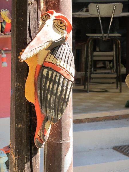 Kerámia harkály szobor fa oszlopon